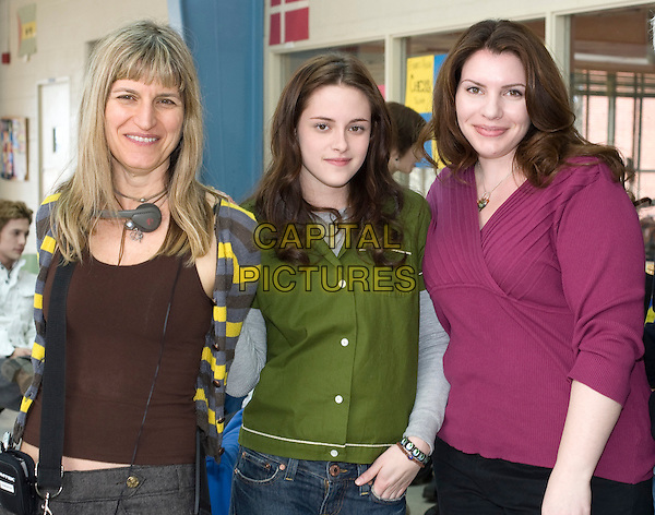 CATHERINE HARDWICKE (DIRECTOR), KRISTEN STEWART & STEPHENIE MEYER.on the set of Twilight.*Filmstill - Editorial Use Only*.CAP/FB.Supplied by Capital Pictures.