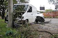 SÃO PAULO,17 JULHO 2012 - PERSEGUIÇÃO ZONA LESTE<br /> Um homem foi preso depois de bater o carro em uma van na AV.Luiz Ignacio de Anhaia Melo no Pq São Lucas na Zona Leste,o caso esta sendo registrado no 49º DP de São Mateus.FOTO ALE VIANNA - BRAZIL PHOTO PRESS