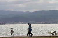 Florianopolis_SC, Brasil...Familia na avenida Beira-Mar, no centro da capital catarinense...A family in Beira-Mar avenue, in Florianopolis center, Santa Catarina...Foto: LEO DRUMOND / NITRO