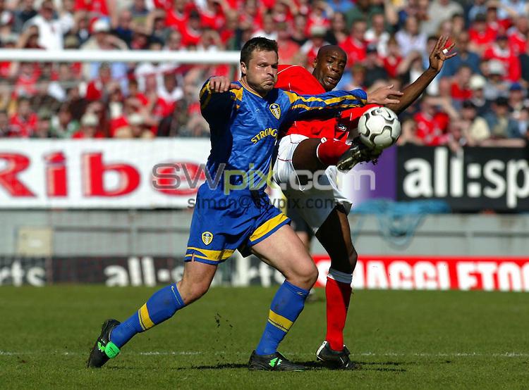 Pix: Rob Matthews/SWpix.com. Soccer. Barclaycard Premiership. Season 2002/2003. Charlton Athletic v Leeds United. 05/04/2003...COPYWRIGHT PICTURE>>SIMON WILKINSON>>01943 436649>>..Leed's, Mark Viduka battles against Richard Rufus..