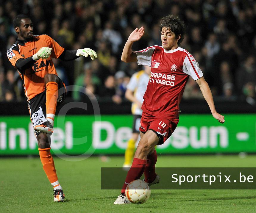 Sporting Lokeren - KV Kortrijk : Pablo Chavarria probeert Barry Boubacar Copa te omspelen.foto VDB / BART VANDENBROUCKE