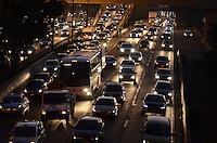 SAO PAULO, 26 DE JUNHO DE 2012 - TRANSITO SP - Transito na Marginal do Tiete, sentido centro, altura do Shoppin D, no fim da tarde desta terca feira, regiao norte da capital. FOTO: ALEXANDRE MOREIRA - BRAZIL PHOTO PRESS