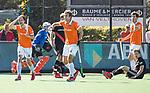 BLOEMENDAAL   - Hockey -  2e wedstrijd halve finale Play Offs heren. Bloemendaal-Amsterdam . Florian Fuchs (Bldaal) krijgt geel. midden Manu Stockbroekx (Bldaal) . rechts Jan Willem Buissant (A'dam) en Jord Beekmans (Bldaal) . COPYRIGHT KOEN SUYK