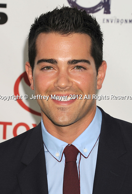 BURBANK, CA - SEPTEMBER 29: Jesse Metcalfe arrives at the 2012 Environmental Media Awards at Warner Bros. Studios on September 29, 2012 in Burbank, California.