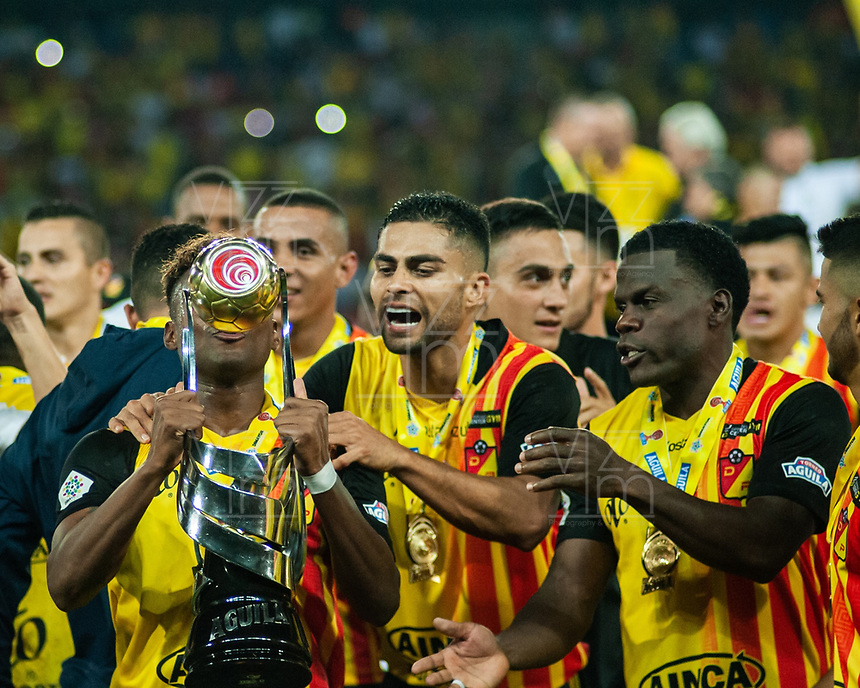 PEREIRA - COLOMBIA, 10-06-2019: Jugadores del Pereira celebran como campeones del Torneo Águila 2019 I después del partido entre Deportivo Pereira y Cortuluá por la final vuelta jugado en el estadio Hernán Ramírez Villegas de la ciudad de Pereira. / Players of Pereira celebrate as champions of the Aguila Tournament 2019 I after second leg final match between Deportivo Pereira and Cotulua for played at the Hernan Ramirez Villegas stadium in Pereira city.  Photo: VizzorImage/ Juan Torres / Cont