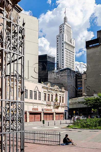 Vista do Edifício Altino Arantes, conhecido como Banespa e de um morador de rua, a partir da porta do Mosteiro de São Bento,  São Paulo - SP, 01/2014.