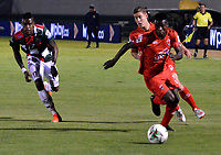 TUNJA-COLOMBIA, 29-01-2020: Jordy Monroy de Boyacá Chicó F. C., y Carlos Rivas de Patriotas Boyacá F. C., disputan el balón durante partido entre Boyacá Chicó F. C. y Patriotas Boyacá F. C., de la fecha 2 por la Liga BetPlay DIMAYOR I 2020 en el estadio La Independencia en la ciudad de Tunja. / Jordy Monroy of Boyacá Chicó F. C., and Carlos Rivas of Patriotas Boyacá F. C., figth the ball, during a match between Boyacá Chicó F. C. and Patriotas Boyacá F. C., of the 2nd date for the BetPlay DIMAYOR Leguaje I 2020 at La Independencia stadium in Tunja city. / Photo: VizzorImage / José Miguel Palencia / Cont.