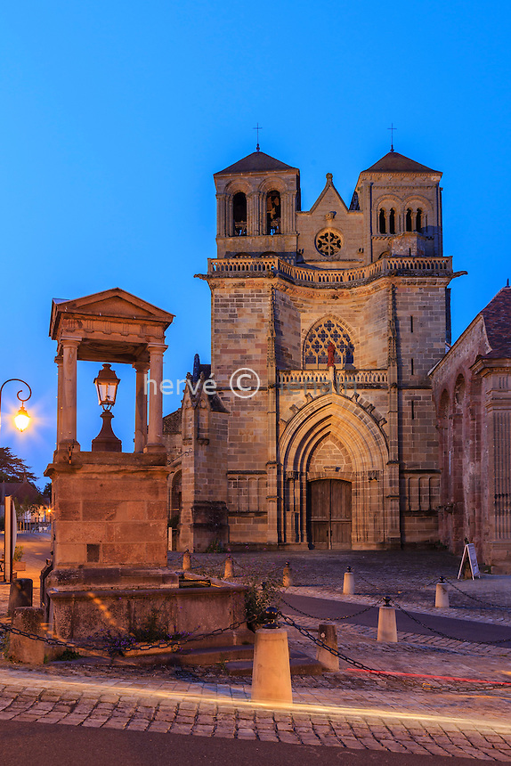 France, Allier (03), Souvigny, l'église prieurale saint-Pierre et saint-Paul le soir // France, Allier, Souvigny, saint Pierre and saint Paul church at night