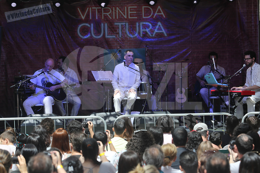 SAO PAULO, SP, 15.09.2013 - SHOW ARNALDO ANTUNES - Cantor e compositor Arnaldo Antunes se apresentou ao lado de Edgar Scandurra na tarde deste domingo no Shopping Mooca Plaza regiao leste da cidade de Sao Paulo. (Foto: Vanessa Carvalho / Brazil Photo Press).