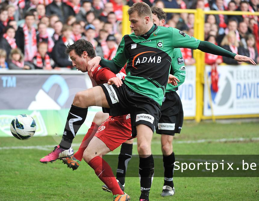 KV Kortrijk : duel om de bal tussen Brecht Dejaegere (links) en Joey Godee.foto VDB / BART VANDENBROUCKE