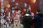 *BRAZIL ONLY* ATENÇÃO EDITOR, FOTO EMBARGADA PARA VEÍCULOS INTERNACIONAIS*  wenn33543139   Fãs de David Bowie deixam flores e mensagens no Memorial Bowie Brixton, para relembrar o músico inglês no seu segundo aniversário de morte, neste domingo (7), em Londres. Foto: Wenn/Framephoto