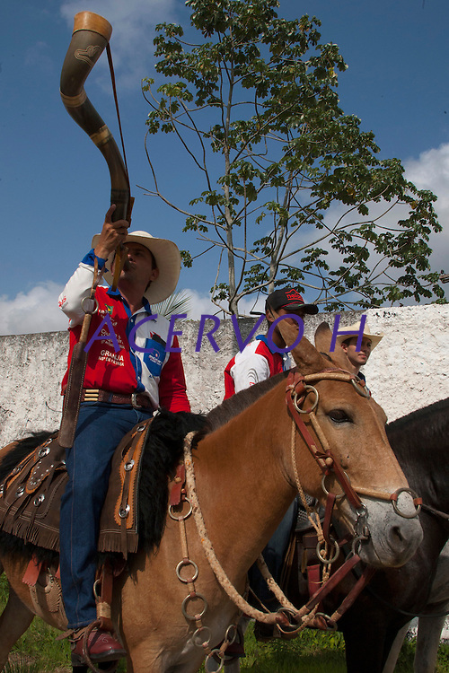 CAVALEIROS FAZEM HOMENAGEM A NOSSA SENHORA DE NAZARÉ.<br /> <br /> Neste sábado, 24,  inicia no Entroncamento mais uma homenagem a Nossa Senhora de Nazaré: a cavalgada do Círio.<br /> Os Cavaleiros paraenses sairam em cavalgada de Marituba por volta das 6h. No Parque de Exposições, no Entroncamento, a Imagem Peregrina deverá receber homenagens, por volta de 9h e, de lá, os cavaleiros seguirão até a Basílica Santuário.<br /> <br /> Segundo um dos  idealizadores, Thiago Borges, A 1ª Cavalgada do Círio não se trata de uma romaria, mas, sim, e de uma homenagem, que tem apoio da  Polícia Militar, que  estará fazendo a segurança da Berlinda em traje de Gala Oficial.<br /> <br /> De acordo com a organização, cavaleiros de aproximadamente 17 municípios foram convidados e o público esperado pode variar entre 200 e 300 homens montados. O cuidado com os animais é uma das prioridades da organização que conta com o apoio das Prefeituras de Belém, Ananindeua e Marituba, além das secretarias de mobilidade, saúde e limpeza dos municípios. Outro apoio importante é o da Universidade Federal Rural da Amazônia (UFRA) que disponibilizará UTI móvel e outros tipos de assistências aos animais que precisarem. A coordenação informou que a  ADEPARÁ, Agência de Defesa Agropecuária do Estado, também esteve envolvida, acompanhando a questão relacionada a saúde dos animais. <br /> Belém, Pará, Brasil.<br /> Foto Eduardo Kalif<br /> Data: 24/010/15