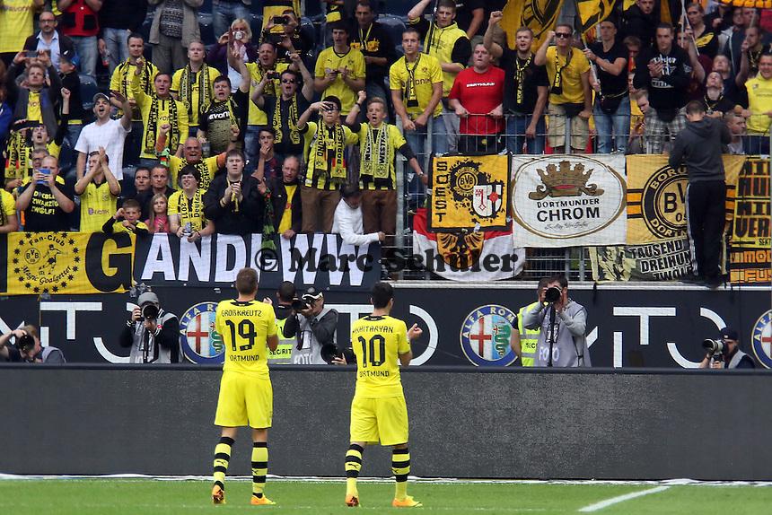Henrikh Mhkitaryan (BvB) bedankt sich bei den mitgereisten Anhängern - Eintracht Frankfurt vs. Borussia Dortmund