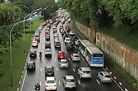 ATENCAO EDITOR: FOTO EMBARGADA PARA VEICULO INTERNACIONAL - SAO PAULO, SP, 14 DEZEMBRO 2012 - TRANSITO EM SAO PAULO -  Chuva e excesso de carros deixa o transito engarrafado na 23 de maio nesse inicio de noite no sentido zona sul na regiao do viaduto da rua Pedroso na Liberdade zona central da capital paulista nessa sexta, 14. (FOTO: LEVY RIBEIRO / BRAZIL PHOTO PRESS)