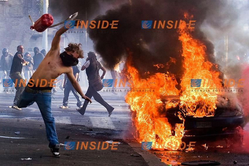 """MANIFESTAZIONE DEGLI INDIGNATI CONTRO LA CRISI ECONOMICA E IL GOVERNO.NELLA FOTO SCONTRI TRA BLACK BLOC E FORZE DELL ORDINE A SAN GIOVANNI.UN GIOVANE LANCIA UN ESTINTORE. IL GIOVANE E' STATO IDENTIFICATO SUCCESSIVAMENTE CON IL COGNOME DI """"ER PELLICCIA"""".ROMA 15 OTTOBRE 2011.PHOTO SERENA CREMASCHI INSIDEFOTO..DEMOSTRATION BY THE INDIGNANT GROUP AGAINST BANKING AND FINANCIE IN ROME."""