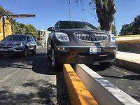 Quer&eacute;taro, Qro. 22 de noviembre de 2017.-  La conductora de una camioneta termin&oacute; sobre el camell&oacute;n de la ciclov&iacute;a en Avenida Universidad adelante de Dami&aacute;n Carmona. El veh&iacute;culo qued&oacute; embancado y no pudo salir de este sitio.<br /> <br /> Foto: Oscar Aguilar