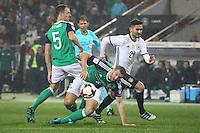 Ilkay Gündogan (Deutschland Germany) gegen Jonny Evans (Nordirland, Northern Ireland) und Lee Hodson (Nordirland, Northern Ireland) - 11.10.2016: Deutschland vs. Nordirland, HDI Arena Hannover, WM-Qualifikation Spiel 3
