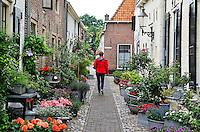 Veel bloembakken in de straten van de historische binnenstad van Elburg
