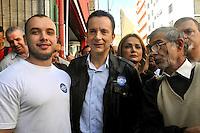 SAO PAULO, SP, 15 DE AGOSTO 2012 – ELEICOES 2012 - CELSO RUSSAMANNO -  O candidato do PRB à Prefeitura de São Paulo, Celso Russomanno, faz campanha na Rua Santa Efigênia, no centro da cidade, nesta quarta-feira. (FOTO: THAIS RIBEIRO / BRAZIL PHOTO PRESS).
