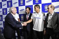 CBF apresenta a Samsung com nova patrocinadora,Presidente da Samsung Mr Km Park, Vice-presidente Andre Felippa,Presidente da CBF José Maria Marin os jogadorPaulinho.