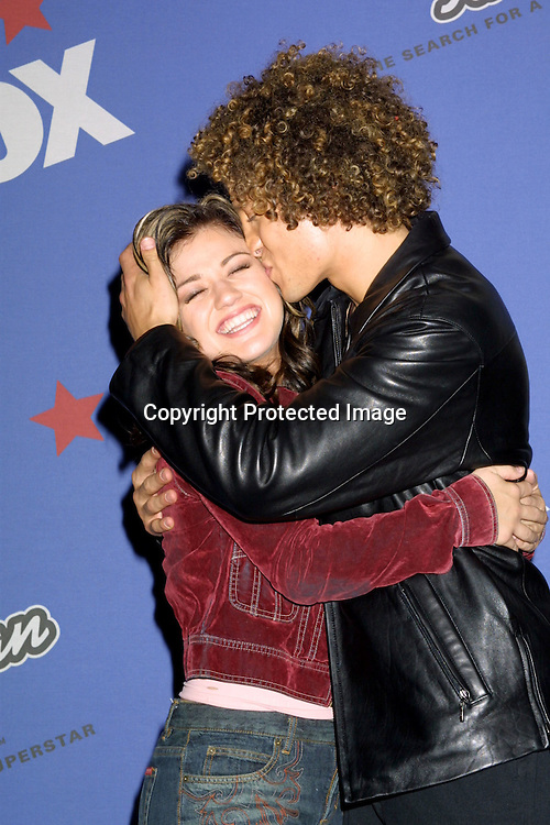 ©2002 KATHY HUTCHINS / HUTCHINS PHOTO .AMERICAN IDOL FINALS.AUGUST 4, 2002.KODAK THEATER .HOLLYWOOD, CA..KELLY CLARKSON.JUSTIN GUARINI