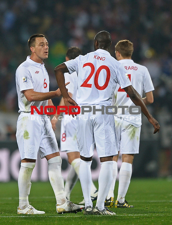 12.06.2010, Royal Bafokeng Stadium, Rustenburg, RSA, FIFA WM 2010, England (ENG) vs USA (USA), im Bild John Terry of England speaks with Ledley King of England,  Foto: nph /    Mark Atkins *** Local Caption *** Fotos sind ohne vorherigen schriftliche Zustimmung ausschliesslich f&uuml;r redaktionelle Publikationszwecke zu verwenden.<br /> <br /> Auf Anfrage in hoeherer Qualitaet/Aufloesung
