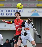 FC MANDEL UNITED IZEGEM INGELMUNSTER - RC GENT :<br /> kopbalduel tussen Jasper Beyens (L) en Alec Luyckx (R)<br /> <br /> Foto VDB / Bart Vandenbroucke