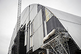"""Am Ort des Reaktorunfalls. Dort wird derzeit eine 100 Meter hohe Konstruktion gebaut, die """"Novarka"""", die """"Neue Arche"""". Sie soll 2016 über den """"Sarophag"""" gerollt werden und das Innere für 100 Jahre abschotten. In Tschernobyl ereignete sich die größte technologische Katastrophe des 20. Jahrhunderts. Ausgerechnet dort findet man heute noch die größten Anhänger der Atomkraft. / The Chernobyl catastrophe was the biggest technological catastrophe of the 20th century. It seems strange that just there you can find the biggest supporters of nuclear energy."""