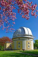 Sternwarte Bergedorf: EUROPA, DEUTSCHLAND, HAMBURG 10.05.2013: Besucherzentrum und Gebaeude des 1 Meter Teleskop der Sternwarte Hamburg Bergedorf, Gartenanlage mit Obstbluete.