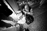Vendeur de cigarettes de contrebande.<br /> Nusaybin est une ville kurde très importante. Selon Madame la maire il y 90% de chômage. La population vit en s'entraidant d'agriculture intra-muros et de commerce informel via la Syrie et l'Irak. 60% de la population vient de l'exode rural.<br /> <br /> Cigarette smuggling. Nusaybin is a very important Kurdish city. According to the Mayor there are 90% unemployment. The population lives by helping each other, intramural agriculture and informal trade through Syria and Iraq. 60% of the population are from rural-urban migration.