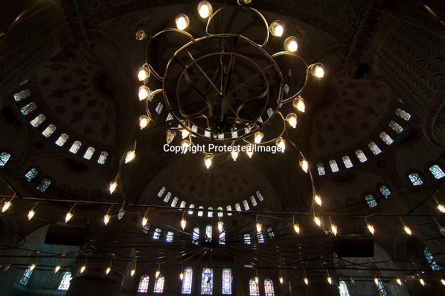 TURQUIA-ESTAMBUL.detalle de las cupulas de la Mezquita Azul de Estambul, con su decoracion y lamparas.foto JOAQUIN GOMEZ SASTRE©