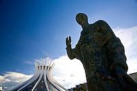 Brasilia_DF, Brasil...Monumento proximo a Catedral Metropolitana Nossa Senhora Aparecida ou Catedral de Brasilia, localizada na Esplanada dos Ministerios. ..The monument next to the Catedral Metropolitana Nossa Senhora Aparecida or Catedral de Brasilia, located in Esplanada dos Ministerios...Foto: JOAO MARCOS ROSA / NITRO