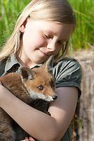 Rotfuchs, Mädchen, Kind mit verwaistem Jungtier wird in menschlicher Obhut großgezogen, Jungtier wird von Hand aufgezogen, Aufzucht eines Wildtieres, Welpe, Tierkind, Tierbaby, Tierbabies, Rot-Fuchs, Fuchs, Vulpes vulpes, red fox