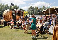 Festival in Amsterdam, De Rollende Keukens.  Rijdende keukens waar bijzondere snacks worden verkocht, zoals gefrituurde sprinkhanen of koreaanse snacks. De Piepermobiel