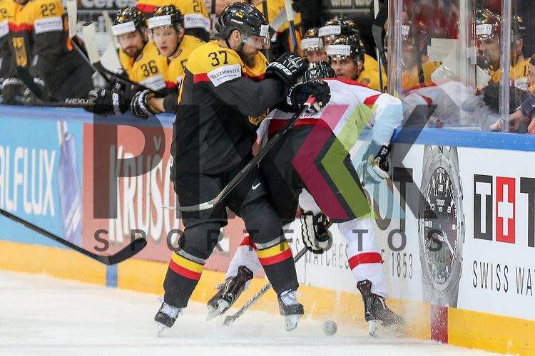 Deutschlands Reimer, Patrick (Nr.37)(Nuernberg Ice Tigers) mit einem Check an der Bande im Spiel IIHF WC15 Deutschland vs. Oestereich.<br /> <br /> Foto &copy; P-I-X.org *** Foto ist honorarpflichtig! *** Auf Anfrage in hoeherer Qualitaet/Aufloesung. Belegexemplar erbeten. Veroeffentlichung ausschliesslich fuer journalistisch-publizistische Zwecke. For editorial use only.