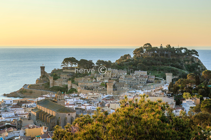 Espagne, Catalogne, Costa Brava, Tossa de Mar au lever du soleil la ville et la Vila Vella ou Vieille Ville // Spain, Catalonia, Costa Brava, Tossa de Mar, Vila Vella or Old Town and the town at sunrise