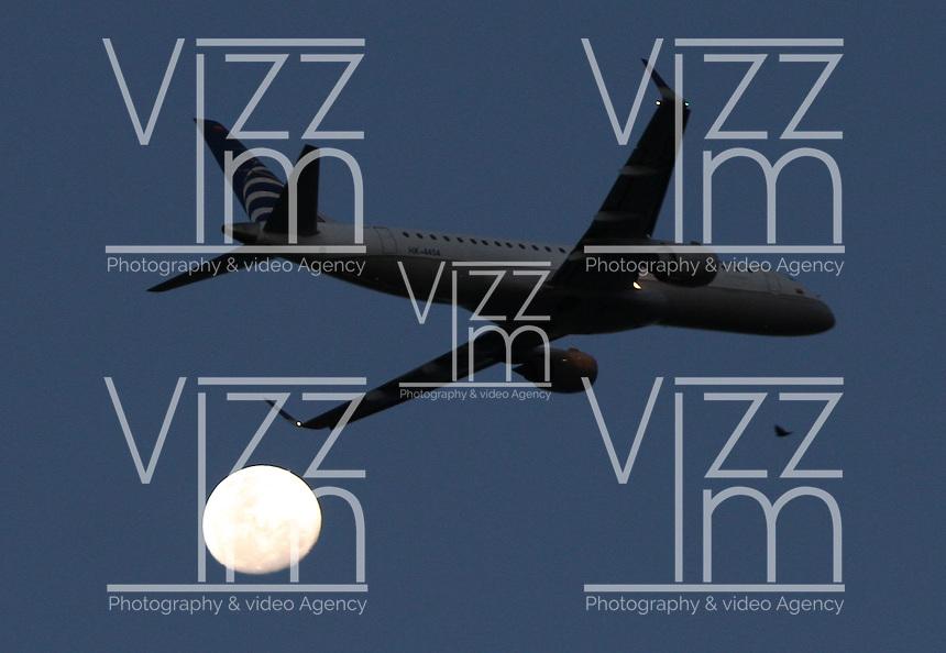 BOGOTA-COLOMBIA-22-02-2013 . Avión comercial y luna  . Airliner and moon.( Photo / VizzorImage / Felipe Caicedo / Staff).