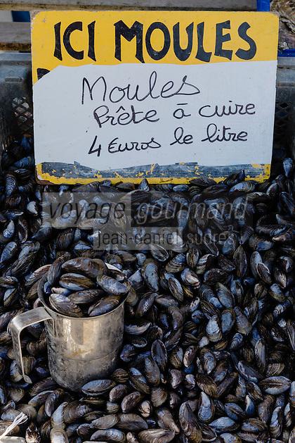 France, Ille-et-Vilaine (35), Côte d'Emeraude, Cancale,  loules de bouchot de la baie du MontSaint Michel au marché aux huîtres du port de la Houle  //  France, Ille et Vilaine, Cote d'Emeraude (Emerald Coast), Cancale, mussels market on the harbour