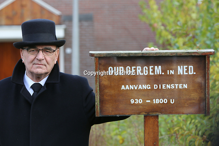 Foto: VidiPhoto<br /> <br /> ZUID-BEIJERLAND - Portret van ds. H. Molendijk, emeritus-predikant van de Oud Ger. Gem. in Ned, bij het gebouw van de kerkelijke gemeente in het Zuidhollandse Zuid-Beijerland.