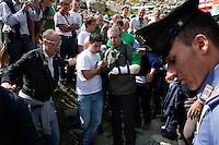 Pian del Re: Renzo Bossi aiuta il padre Umberto durante la festa dei popoli padani organizzata dalla Lega Nord per il rito dell'ampolla alle sorgenti del Po.