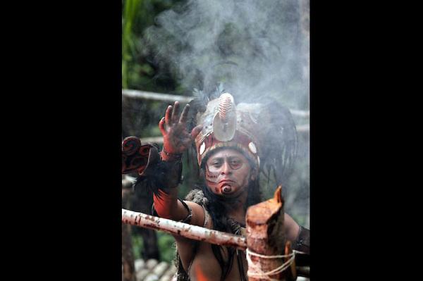 MEX27. XCARET (MÉXICO), 01/11/2011.- Un bailarín participa hoy, martes 1 de noviembre de 2011, en la presentación del Ballet Folclórico Nacional de México Aztlán, en el marco del Sexto Festival de Tradiciones de Vida y Muerte que se celebra en el parque ecológico Xcaret, en el Caribe mexicano, como parte de la celebración del Día de Muertos. EFE/Elizabeth Ruiz