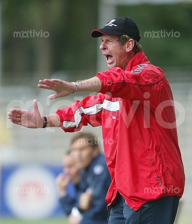 FUSSBALL DFB Pokal 1. Runde 1. Bundesliga/Oberliga 03/04 SSV Reutlingen - Hertha BSC Berlin SSV Trainer Uwe Erkenbrecher