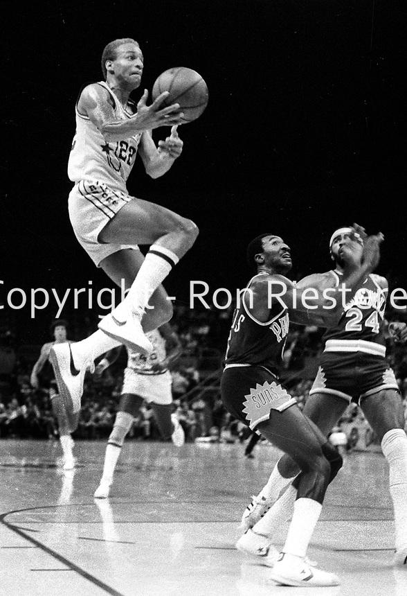 Wariors Sonny Parker scores against the Phoenix Suns.(1978 photo/Ron Riesterer)