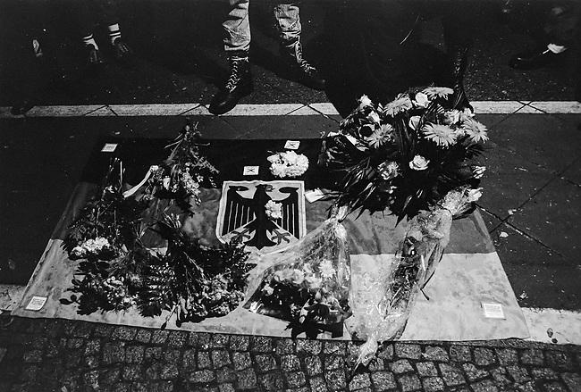 Hess-Tod 1987 in West-Berlin.<br /> Alt- und Neonazis pilgerten am 18. August 1987 vor das Alliierten Kriegsverbrechergefaengnis in Berlin-Spandau, nachdem am 17. August der Selbstmord des dort inhaftierten Hitler-Stellvertreters Rudolf Hess bekannt geworden war. Die Nazis bezweifelten noch in der Nacht der Bekanntgabe des Todes, dass es Selbstmord gewesen sei und verbreiteten, dass Rudolf Hess umgebracht wurde.<br /> Im Bild: Trauernde Nazis haben vis a vis vom Militaergefaengnis Blumen auf eine Deutschlandfahne gelegt.<br /> 18.8.1987, Berlin<br /> Copyright: Christian-Ditsch.de<br /> [Inhaltsveraendernde Manipulation des Fotos nur nach ausdruecklicher Genehmigung des Fotografen. Vereinbarungen ueber Abtretung von Persoenlichkeitsrechten/Model Release der abgebildeten Person/Personen liegen nicht vor. NO MODEL RELEASE! Nur fuer Redaktionelle Zwecke. Don't publish without copyright Christian-Ditsch.de, Veroeffentlichung nur mit Fotografennennung, sowie gegen Honorar, MwSt. und Beleg. Konto: I N G - D i B a, IBAN DE58500105175400192269, BIC INGDDEFFXXX, Kontakt: post@christian-ditsch.de<br /> Bei der Bearbeitung der Dateiinformationen darf die Urheberkennzeichnung in den EXIF- und  IPTC-Daten nicht entfernt werden, diese sind in digitalen Medien nach &sect;95c UrhG rechtlich geschuetzt. Der Urhebervermerk wird gemaess &sect;13 UrhG verlangt.]