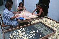 """Europe/Italie/La Pouille/Bari: Scene de rue, les femmes préparent des pates  Orecchiettes, pour le restaurant """"La Credenza"""""""