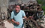 Foto: VidiPhoto<br /> <br /> ROMAGNE &ndash; Bij de Slag om Verdun in 1916 tijdens de Eerste Wereldoorlog, is er zoveel oorlogsmaterieel achtergebleven, dat de akkers en bossen er nu nog mee bezaaid liggen. Dat trekt jaarlijks tienduizenden verzamelaars naar de voormalige oorlogsvelden, onder wie opmerkelijk veel Nederlanders. Officieel is het verboden oorlogsrestanten op te graven of te zoeken, mede vanwege ontploffingsgevaar. Wie betrapt wordt kan een boete krijgen van 7200 euro. Volgens de Nederlandse museumeigenaar Jean-Paul de Vries van museum Romagne &rsquo;14-&rsquo;18, wordt er &ldquo;goudgeld&rdquo; betaald voor bijzondere vondsten. Een puntgave Duitse helm uit de eerste periode van de &ldquo;Great War&rdquo;, zoals de Eerste Wereldoorlog internationaal bekend staat, &lsquo;doet&rsquo; al snel 1250 euro. Zelf zoekt hij al 42 jaar naar bodemvondsten met toestemming van grondeigenaren. Een deel daarvan wordt verkocht en een ander deel wordt in zijn museum ge&euml;xposeerd. Het laatste jaar krijgt hij veel -illegale- concurrentie van Polen, die verwachten snel rijk te worden. Dit jaar trekt Verdun en omgeving meer bezoekers dan ooit. In november is het namelijk precies 100 jaar geleden dat de wapenstilstand werd getekend tussen de geallieerden (Triple Entente) en de Centrale Mogendheden. De Eerste Wereldoorlog eiste 8,5 miljoen levens. Foto: Jean-Paul de Vries bij een kar vol oorlogsresten.