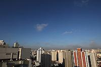 FOTO EMBARGADA PARA VEICULOS INTERNACIONAIS. SAO PAULO, SP, 22/11/2012, CLIMA TEMPO.São Paulo amanheceu com céu aberto com sol forte, a temperatura em rápida elevação deve chegar aos 30ºC . Luiz Guarnieri/ Brazil Photo Press