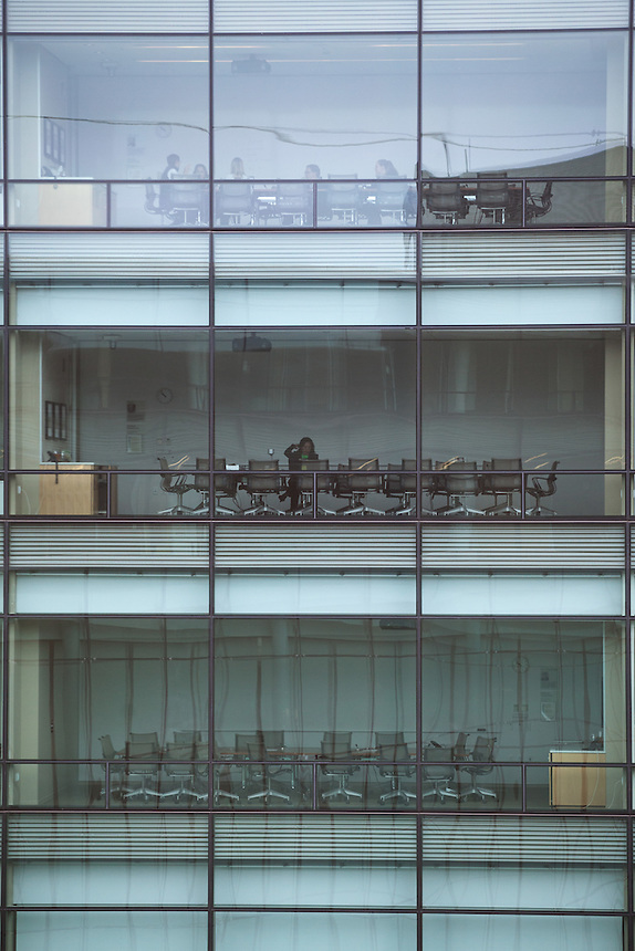 People work in conference rooms on various floors at the Bill and Melinda Gates Foundation campus in Seattle, Washington, USA on Wednesday, 3 June 2015. (Matt Mills McKnight for Le Monde)