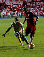 CALI -COLOMBIA-03-03-2014. Leyvin Balanta (Der.) de América de Cali disputa el balón con Carlos Palacio (Izq.) del Atlético Bucaramanga durante partido por la fecha 7 del Torneo Postobón II 2013 jugado en el estadio Pacual Guerrero de la ciudad de Cali./ Leyvin Balanta (R) of America de Cali fights for the ball with Carlos Palacio of Atletico Bucaramanga during the match for the 7th date of Postobon Tournament II 2013 at Pascual Guerrero stadium in Cali city. Photo: VizzorImage/Juan C. Quintero/STR
