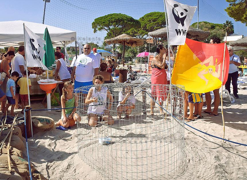 Palermo, presidio del WWF intorno al nido di tartarughe nell'affollata spiaggia di Mondello.<br /> Palermo, monitoring of the WWF around the turtles nest in the crowded beach of Mondello